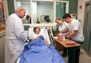 Opieka paliatywna w szpitalu a hospicjum domowym